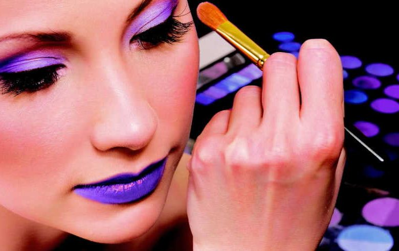 What are the responsibilities of a makeup artist in a beauty salon?